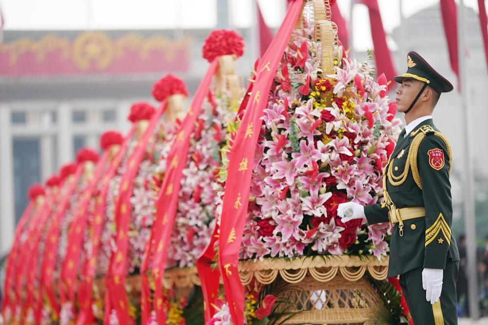 烈士纪念日向人民英雄敬献花篮仪式在北京天安门广场隆重举行