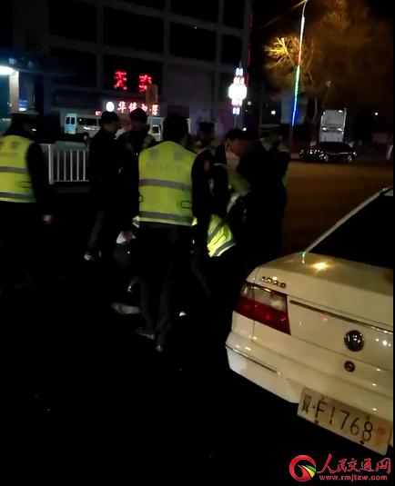 """河北省高碑店市交警打人 执法竟变""""群殴"""""""