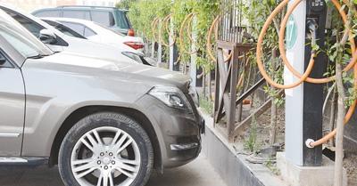 太原市解放路: 私车占位 充电桩成摆设