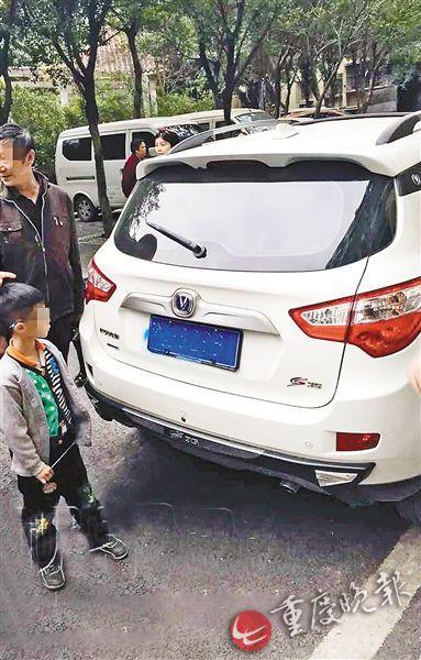 9岁男孩将路边车辆当画板 4辆轿车被喷油漆