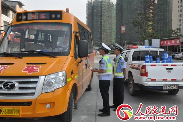广西容县交警强化校车检查筑牢安全防线