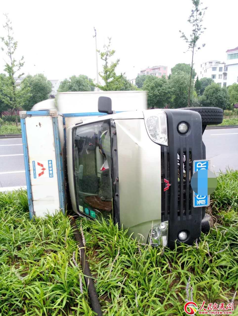 浙江义乌:一辆厢式货车避让时措施不当 汽车翻入绿化带
