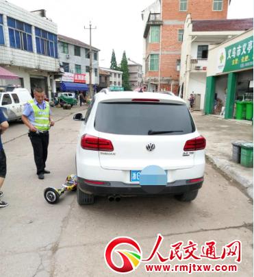 平衡车违规上路 与汽车发生碰撞