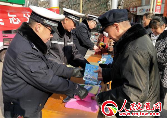 河北井陉县交警开展春运交通安全宣传活动