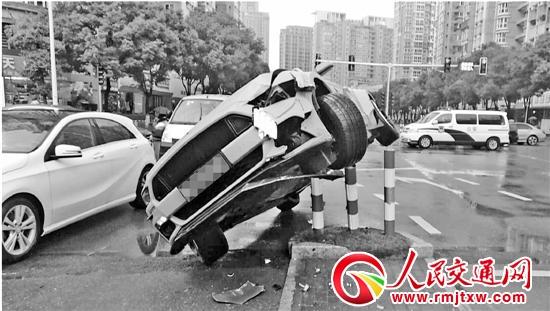 """司机开车刷微信 粉红""""野马""""爬上警示桩"""
