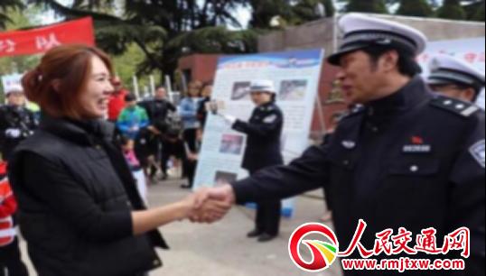 山西绛县交警大队:文艺宣传队利用返程高峰宣传交通安全