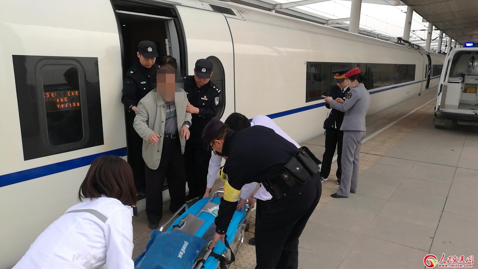 旅客动车上发病心脏不适 铁路民警紧急送医救助