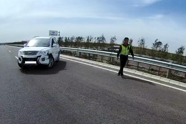 高速路惊现交通违法升级版:无证+疲劳驾驶+事故+违停