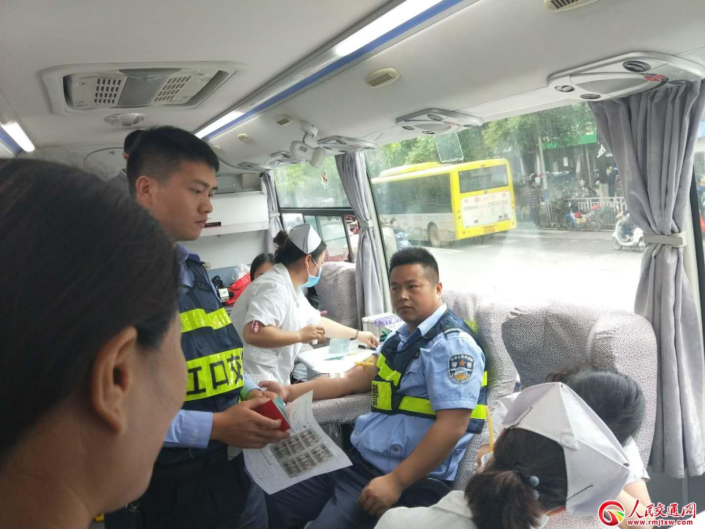 贵州江口交警组团参加无偿献血活动