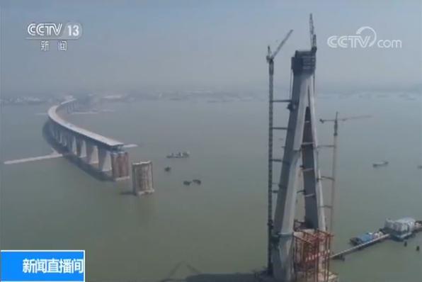 沪通长江大桥首节钢梁架设完成