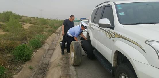 司机求助 民警帮忙 鄂尔多斯交管支队沿黄大队巡逻二中队民警帮助司机排忧解难