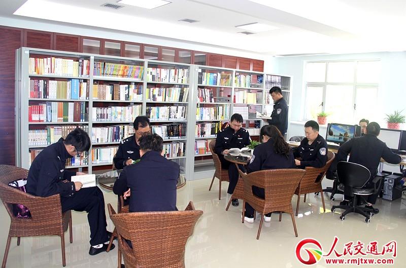 常德交警直属一大队构建书香警营打造优秀警队