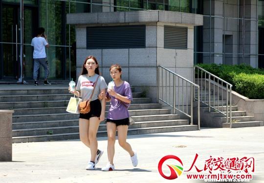 当日,山东共有13个城市气温达到35℃以上,省会济南最高气温达38℃。图为,济南市民喝冷饮降温。 赵晓 摄