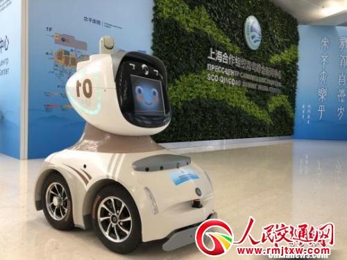 安防机器人采用人脸识别、热源扫描、自主巡逻等技术,配备远程、夜视镜头,根据设定好的路线进行自主巡逻,还可通过人机远程协作完成相对复杂的执勤任务。 胡耀杰 摄