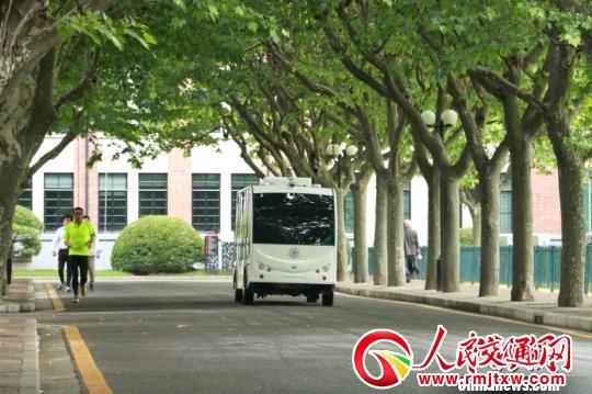 无人驾驶小巴出现在上海交大校园。 供图。