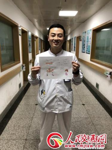 柳圣朝画双语漫画与患者交流 刘姗姗 摄