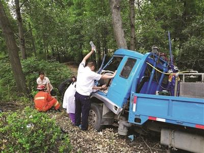120司机在车祸现场举吊瓶救人