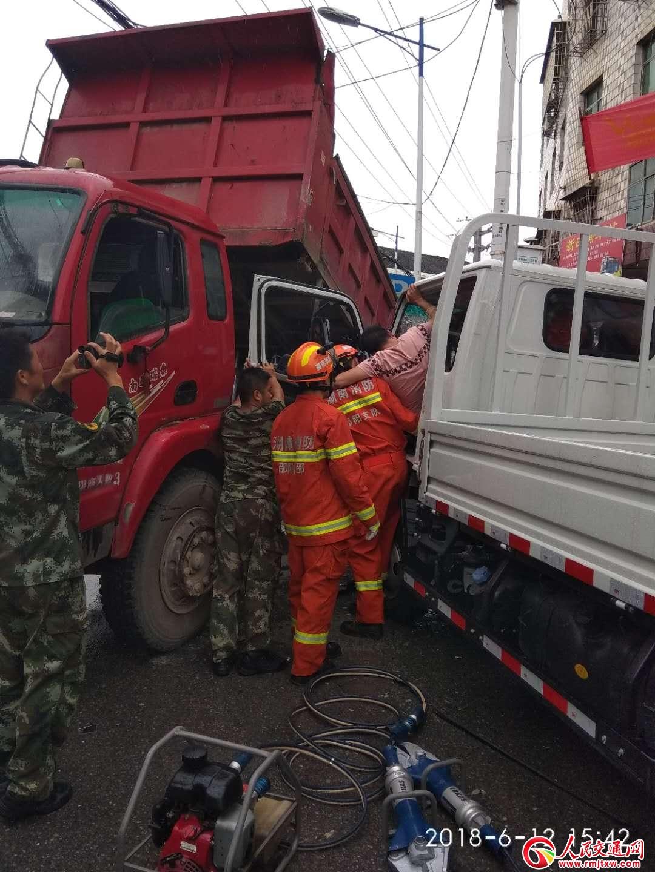 湖南新邵县:两货车相撞司机被困 警民合力成功救援