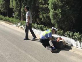 河北井陉:老人推车过马路被撞 巡逻交警迅速救助