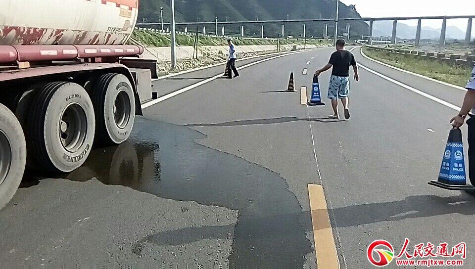 山东罐车液体泄漏 井陉交警果断处置