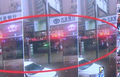 大雨中公交司机下车撑伞接八旬大娘