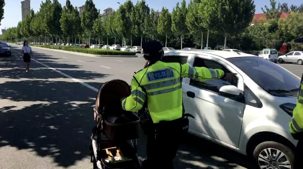 交警推婴儿车指挥交通 原因超暖心