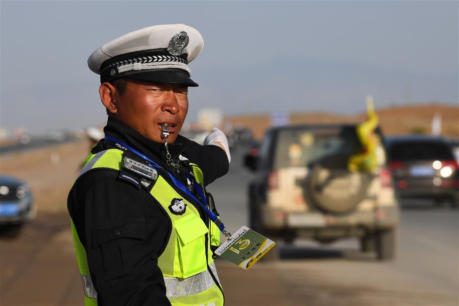 内蒙古阿拉善左旗交警坚守岗位 保障交通安全