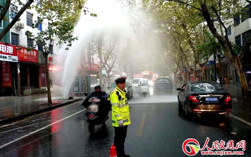 湖南省常德:水管爆裂阻交通  交警疏导保畅通