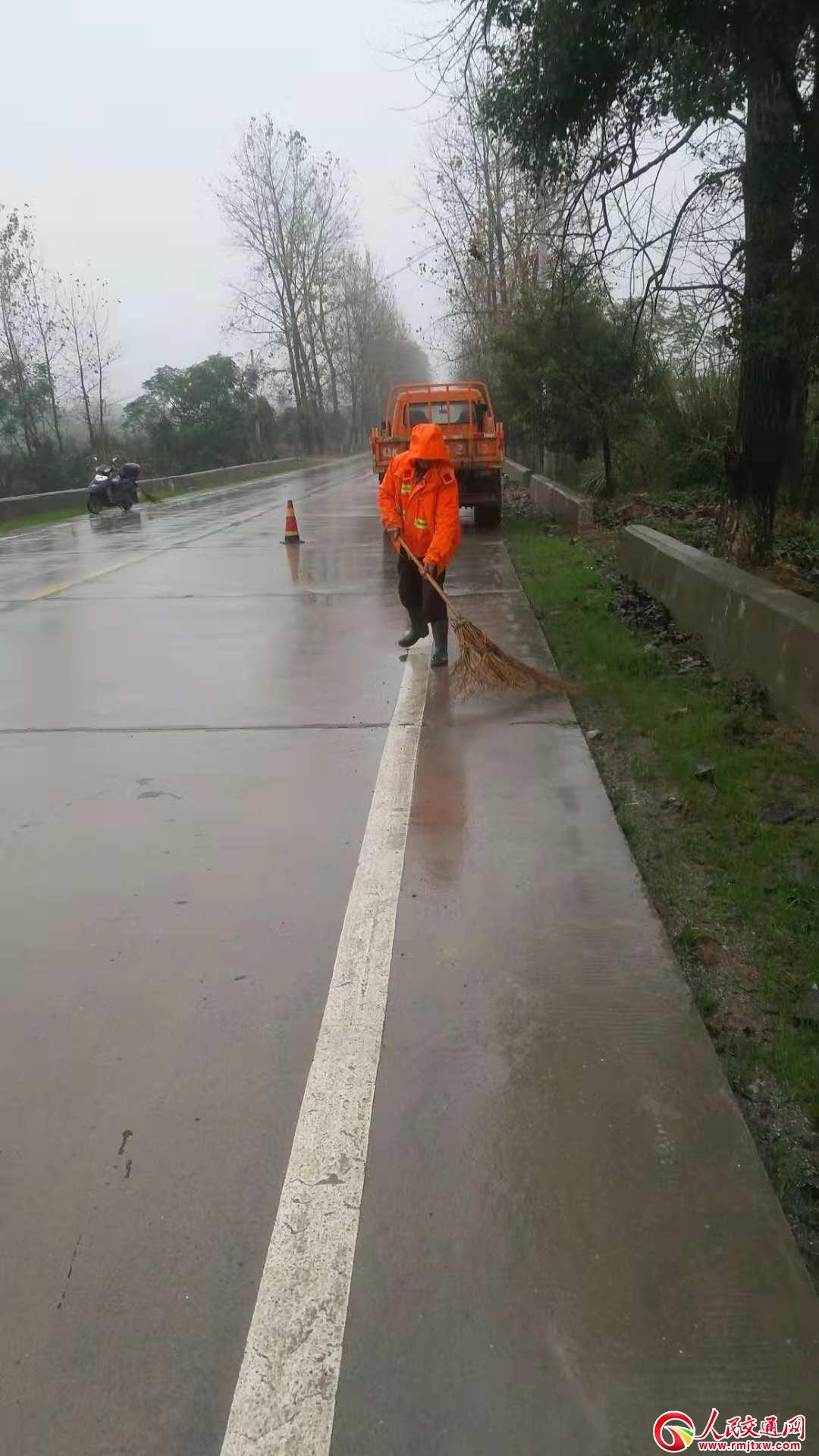 风雨中的养路人