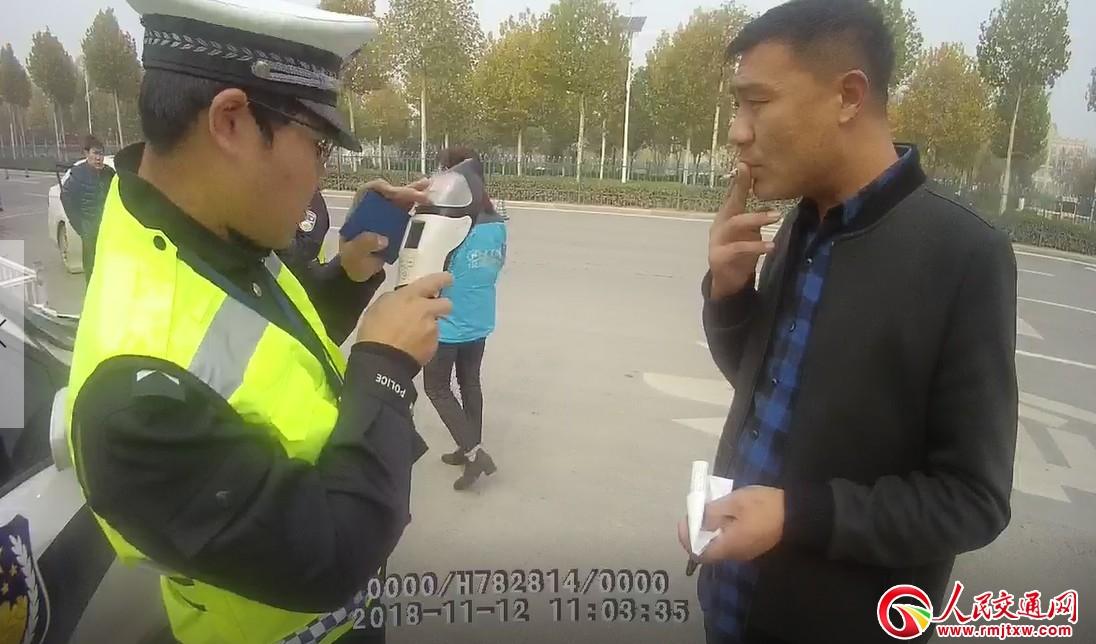"""河南中牟县:安全带""""捆""""出一个醉酒司机"""