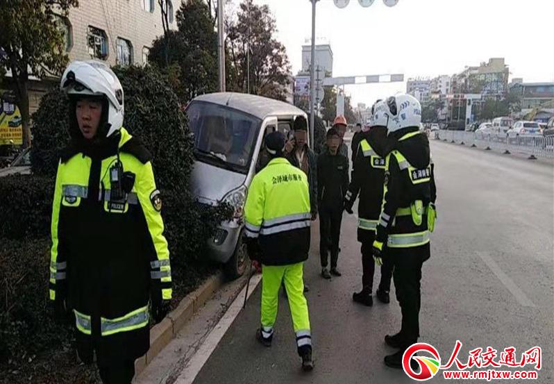 60岁环卫工人被撞 骑警及时处理赢救治时间