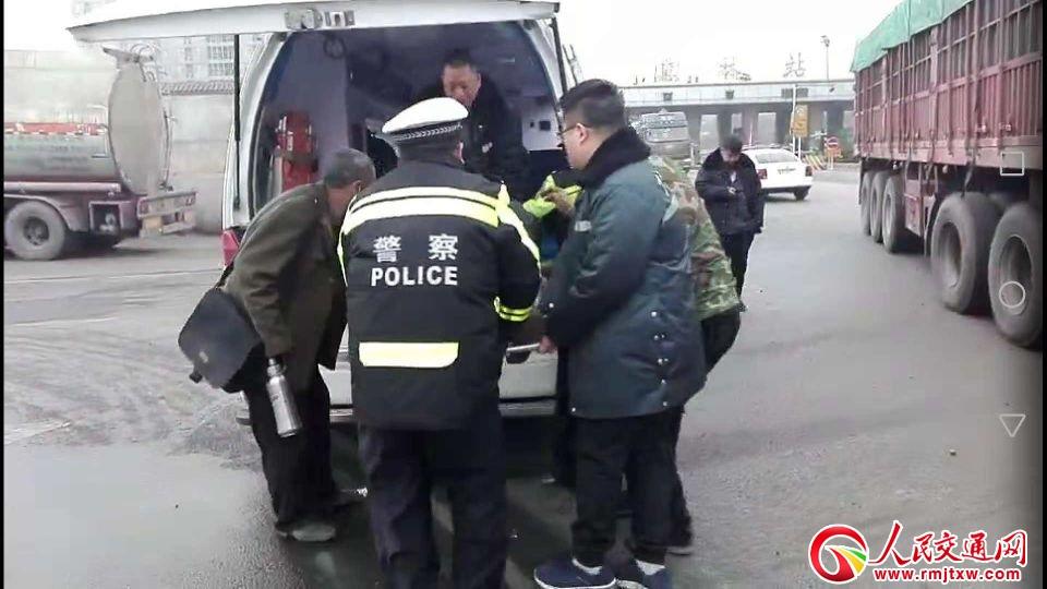 半挂司机突发脑梗 河北井陉交警紧急救助