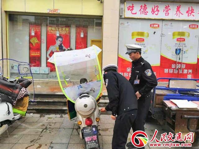 河南淮滨交警铁腕拆除两轮电动车遮阳雨篷