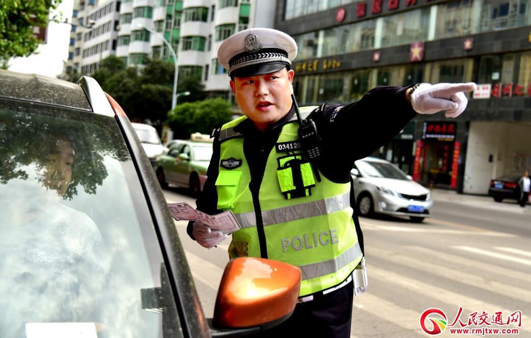 """冯家玮 指挥交通如跳舞的""""帅交警"""""""