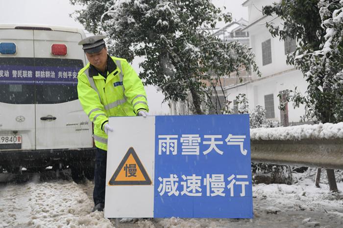 巢湖交警打响雪天保障道路交通安全保卫战