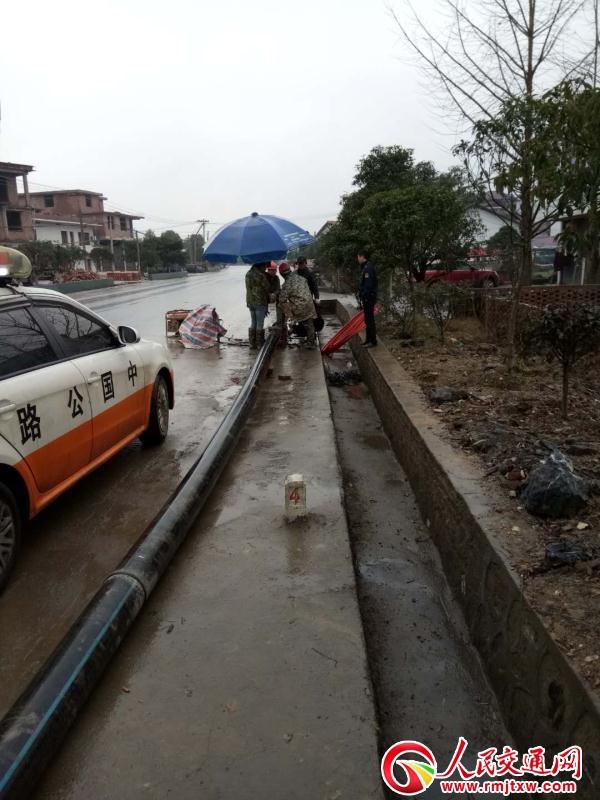 江西分宜路政查处一起非法埋设水管案