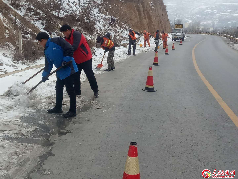 甘肃武山公路管理段加强冬季路域环境整治