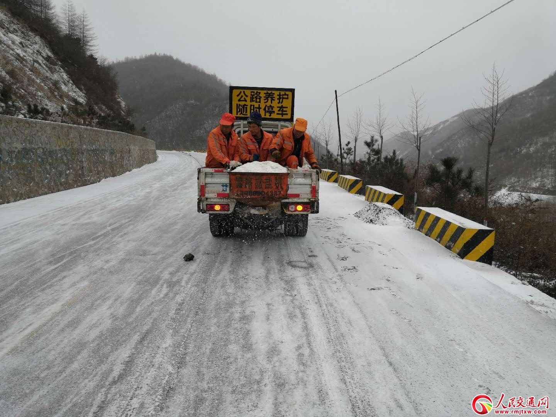 甘肃武山公路管理段迅速应对降雪天气