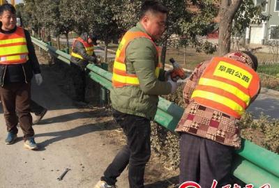 安徽颍上公路分局检修损毁护栏 保障公路安全畅通