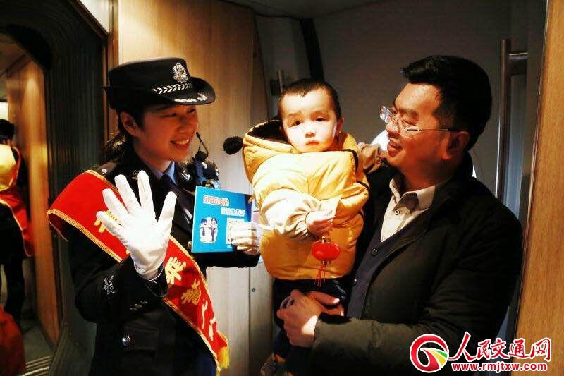 湖南衡阳铁路公安处乘警支队春运首日宣传
