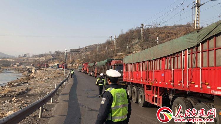 河北井陉:大货车传动轴断裂 民警帮助买件修理