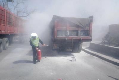 河北井陉:运煤车行驶途中轮胎起火 军警民携手帮助扑灭