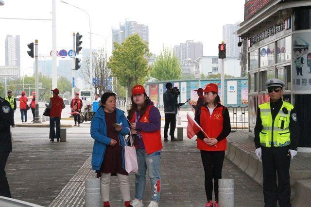 武汉300名志愿者走上街头开展迎军运文明交通大体验