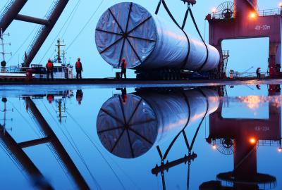 海上风电塔筒从南京港吊装