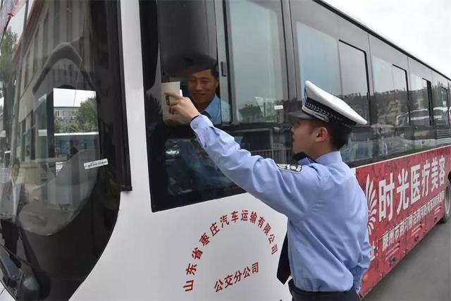 薛城交警大队深入长途汽车站开展交通安全宣传活动