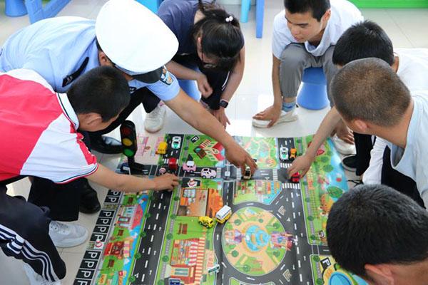 新河交警为特殊教育学校学生上交通安全课
