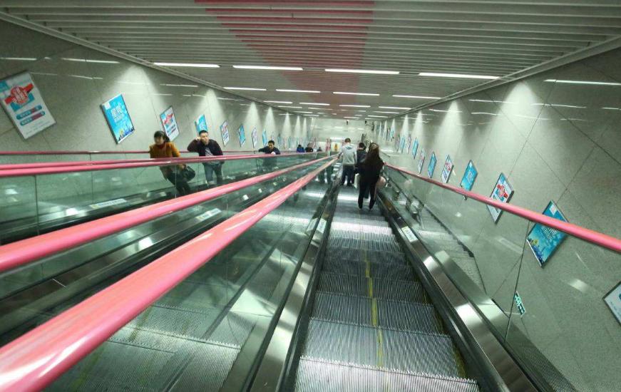 重庆网红地铁站建在地下90米坐扶梯要5分钟