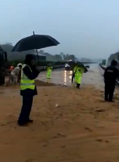 沈海高速湛江方向山泥倾泻致交通中断 拥堵近9公里