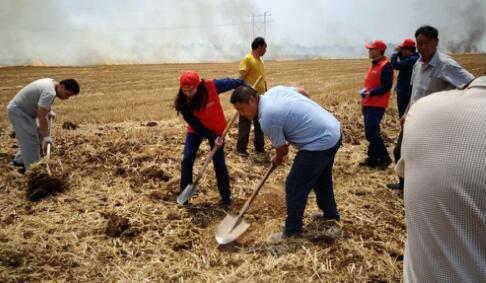 广平县十里铺供电所工作人员帮助群众扑灭火情受赞扬