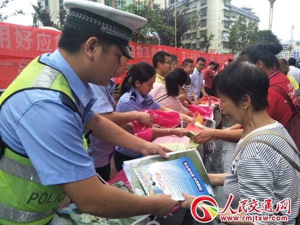安全月上话安全 贵州锦屏交警宣传忙